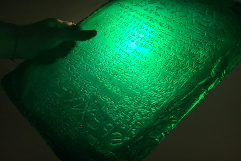 6e46f026ccc Záhada smaragdové desky: Obsahuje znalosti dávno ztracené Atlantidy ...